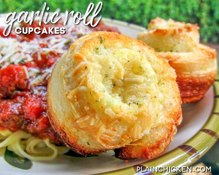 plate of garlic rolls with pasta