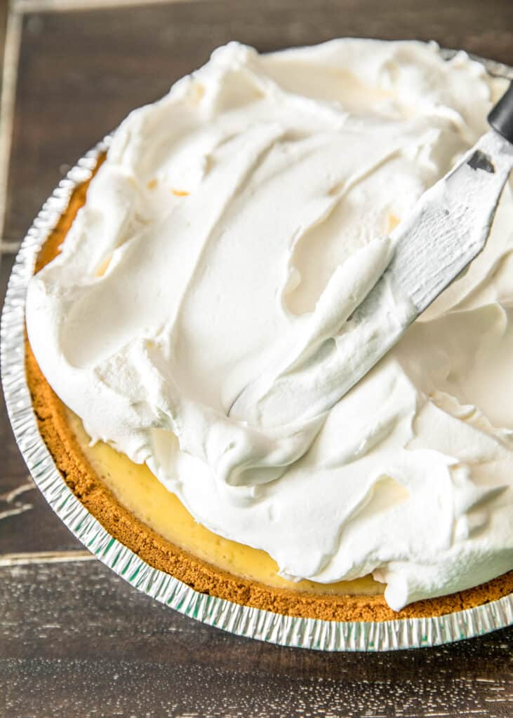 frosting a pie with cool whip