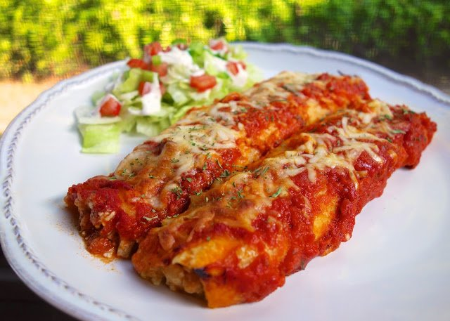 Chicken Parmesan Enchiladas - SO good!! Chicken, cottage cheese, mozzarella, parmesan cheese, egg and parsley wrapped in flour tortillas and topped with spaghetti sauce. Fun twist on our usual manicotti! YUM! #chicken #casserole