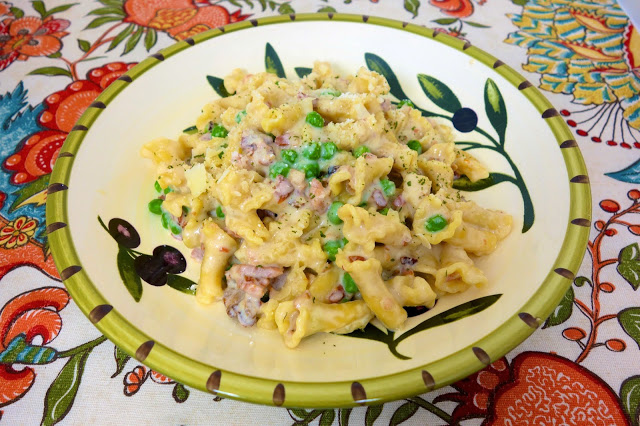 Creamy Bacon Pasta {No Boil} - pasta, chicken broth, evaporated milk, garlic, onion, parmesan, cream cheese,bacon and peas - everything cooks in the same pot, even the pasta! This stuff is SO good and SO easy to make. We ate this two days in a row!