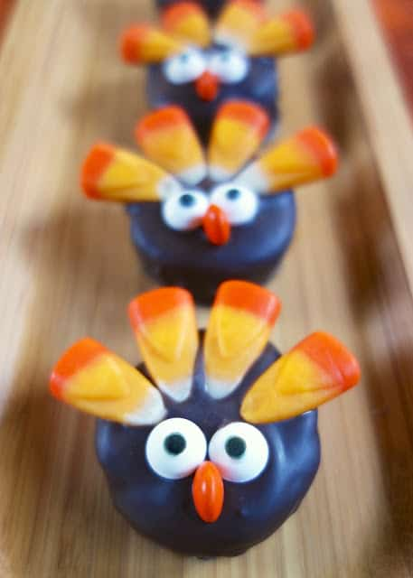 Oreo Cookie Ball Turkeys - adorable no-bake Thanksgiving treats!!! Mix together cream cheese and crushed oreos and decorate with candy corn, mini M&Ms and candy eyes. Great treat for the kids to help make. SO fun! Perfect for your Thanksgiving meal!
