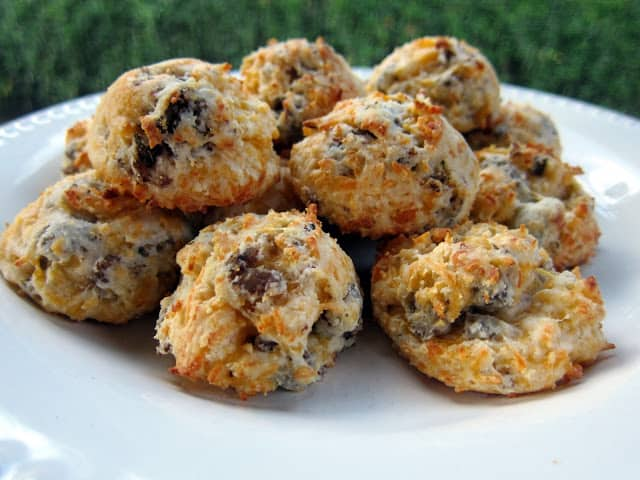 Sausage and Cheese Puffs - a twist on sausage balls - can bake and freeze for a quick breakfast on-the-go. Also great for parties! Sausage, bisquick, cheddar cheese and buttermilk. SO easy!! #sausage #breakfast #partyfood